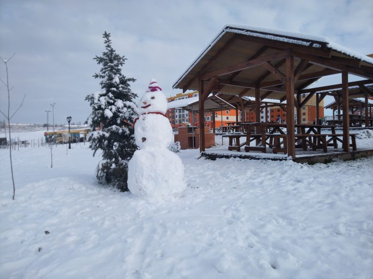 Сніговик у парку ЖК На Щасливому