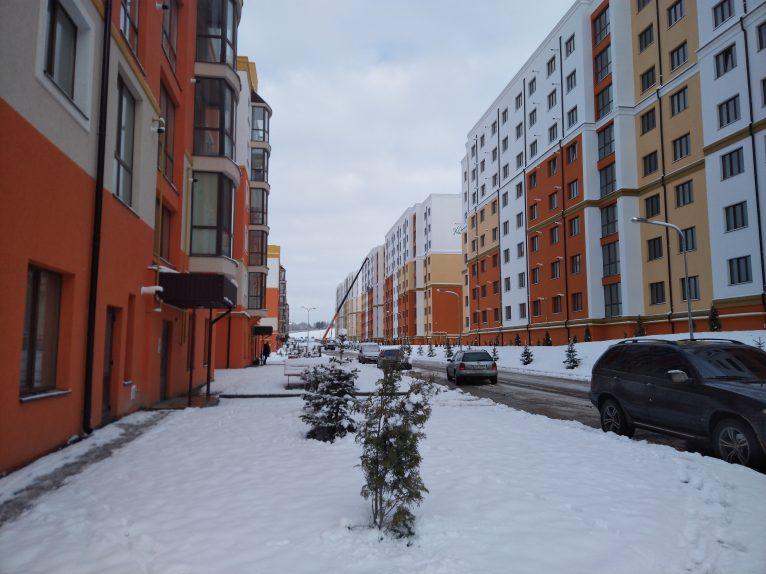 Вуличка між п'яти і восьми поверхівками, котрі вище парку.