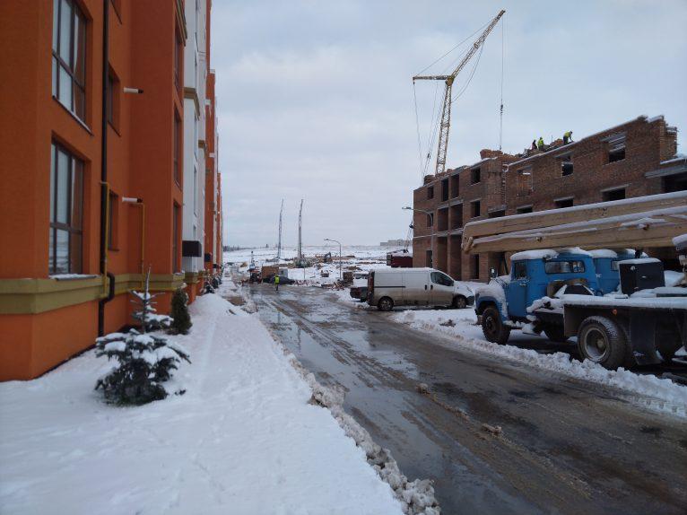 За восьми-поверхівками будується останній ряд будинків