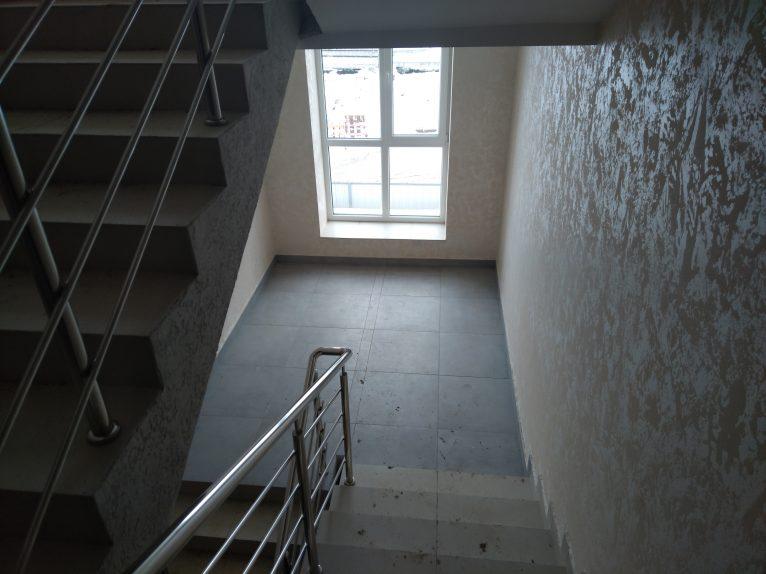 Між поверхами на сходах чимало місця, є де розминути