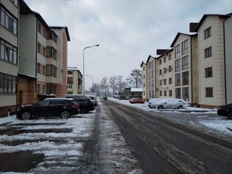 Вуличка між будинками, розташованими нижче парку.
